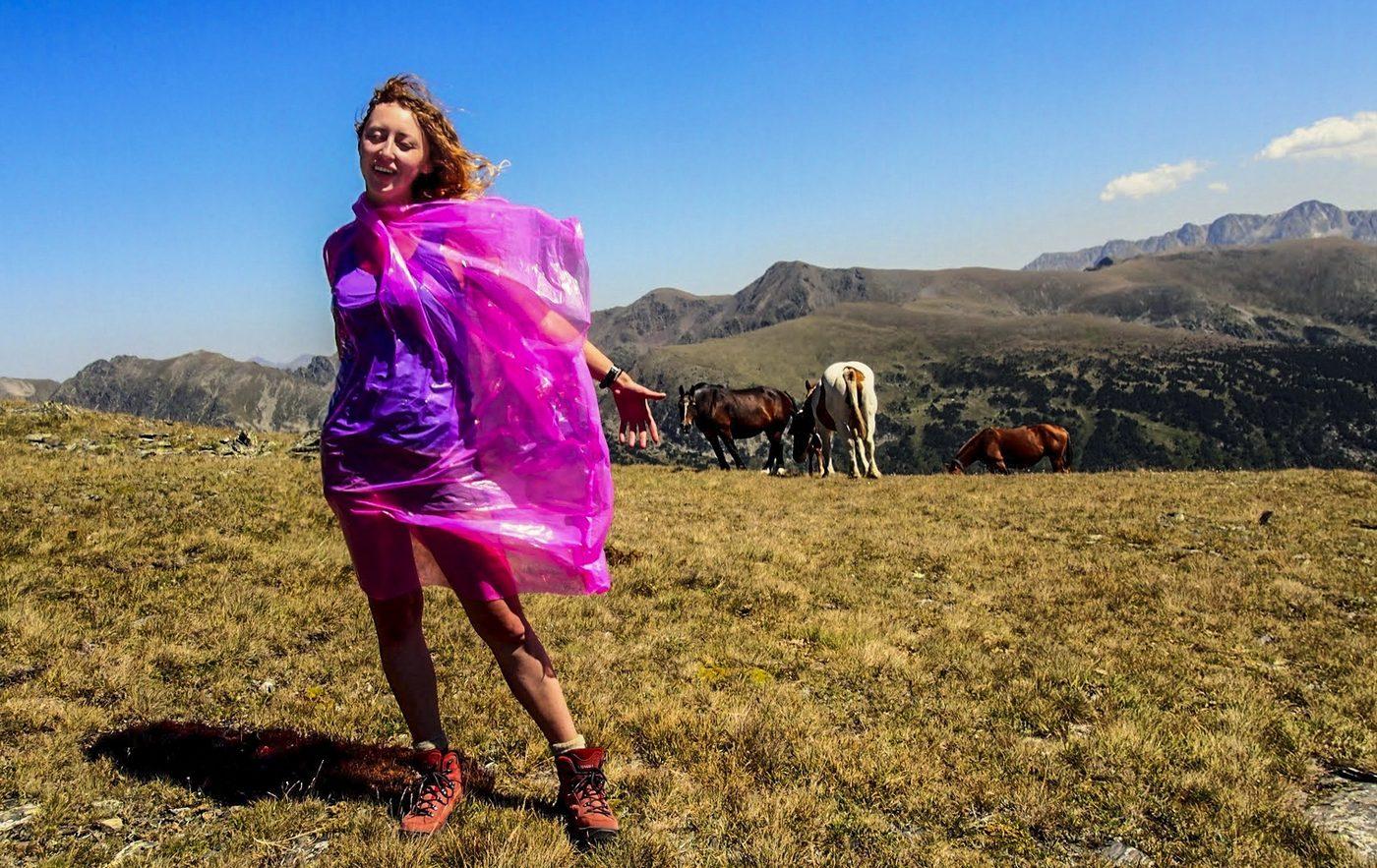 samotna kobieta w górach