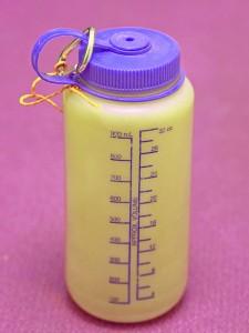 Bidon z polietylenu. Kawałek link i karabinek dodaje 10 punktów do lansu na ściance wspinaczkowej, w ternie pozwala napełnić butelkę bez zanurzania ręki w lodowatej nieraz wodzie.